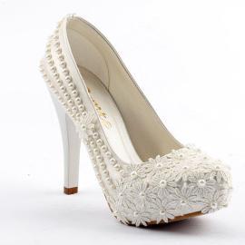 حذاء للعرائس مزين بالورود من الامام و مزين باللؤلؤ من الجوانب من ماركة (جيمرا) 11 سم