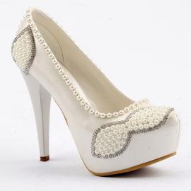 حذاء للعرائس من ماركة (جيمرا) مزين باللؤلؤ من الامام ومن الجوانب 13 سم