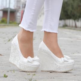 حذاء للعرائس مغطى بالدانتيل مع ببيونا من الامام من ماركة (مس جينا) 12 سم